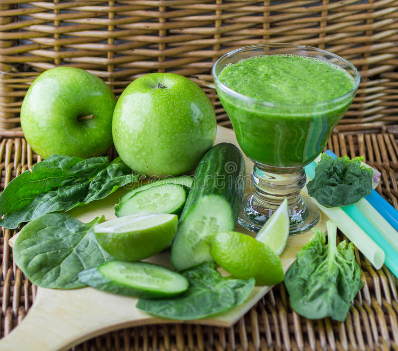 Frullato verde di spinaci, di Apple, del cetriolo e della calce immagini stock