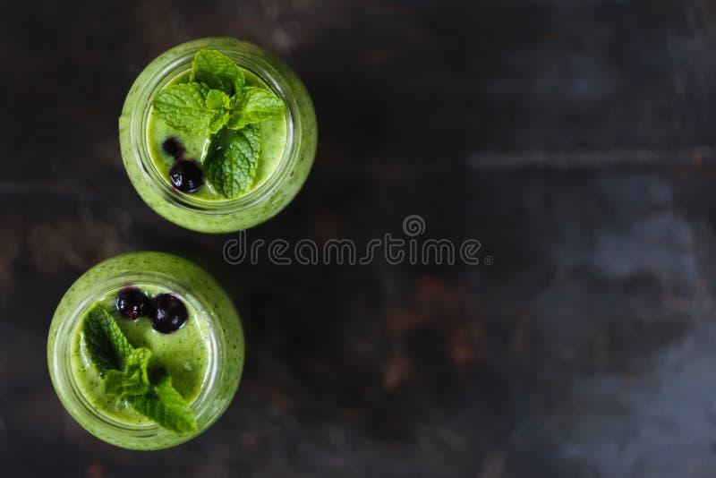 Frullato verde due nel barattolo fotografia stock