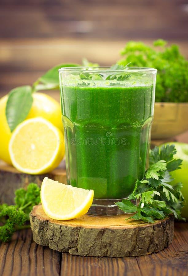 Frullato verde fresco fotografie stock