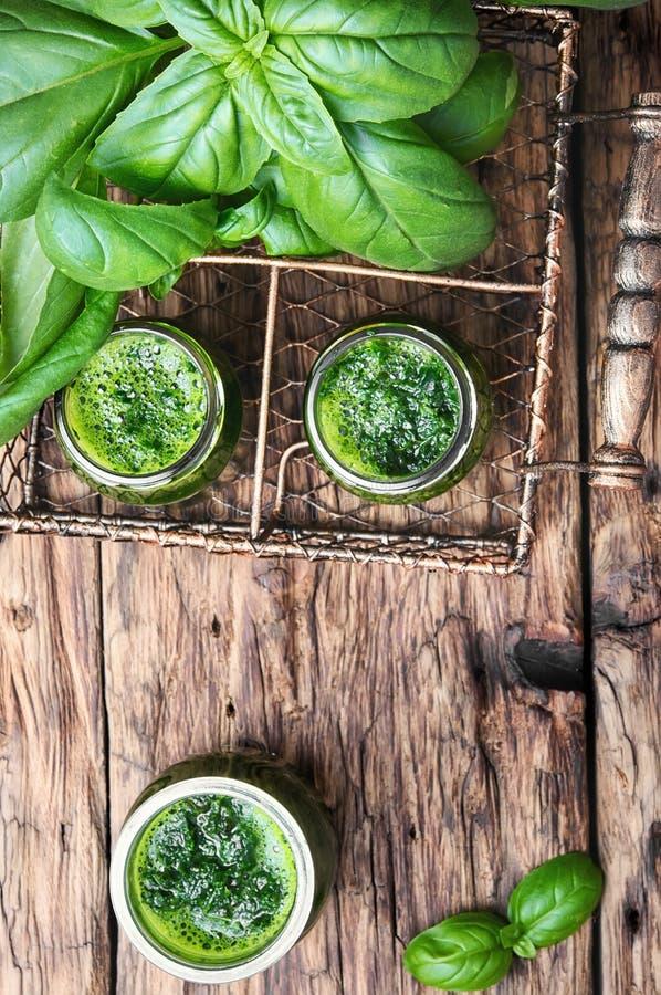 Frullato verde sano con basilico fotografia stock