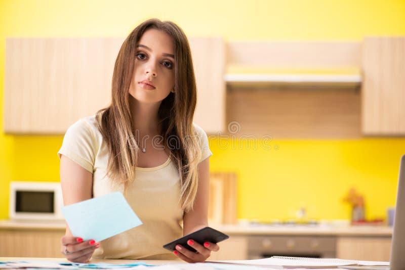 Frun för ung kvinna i budget- planläggningsbegrepp royaltyfria bilder