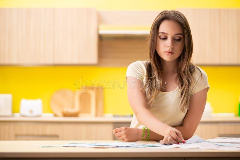 Frun för ung kvinna i budget- planläggningsbegrepp royaltyfria foton