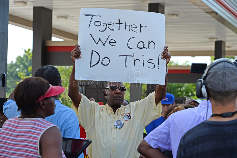 Frunce de Demosntrators en Ferguson, Missouri imagenes de archivo