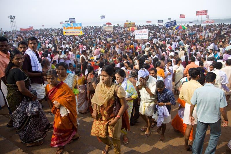 Frunce enorme de las muchedumbres para conmemorar a sus antepasados fotos de archivo
