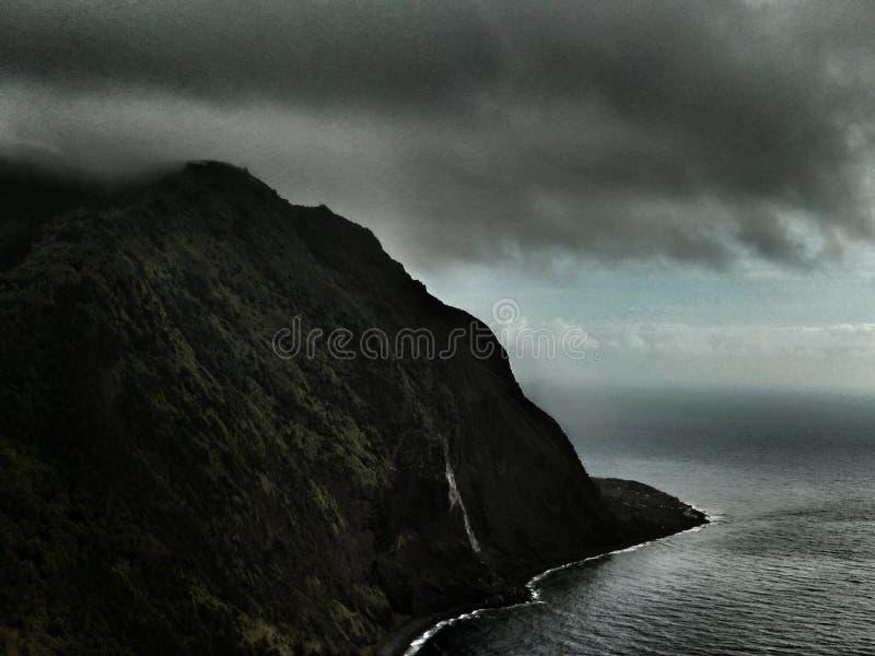 Frunces de la tormenta sobre los acantilados en las Azores fotografía de archivo