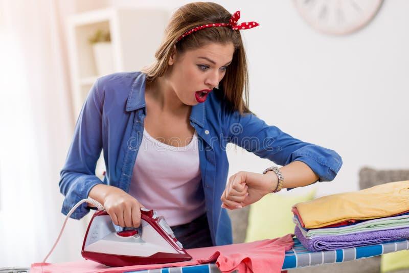 Frustated妇女电烙的洗衣店 免版税库存图片