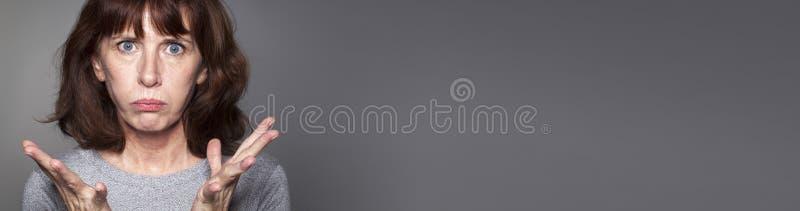 Frustated midden oude vrouw die hopeloosheid, grijze lange banner uitdrukken stock foto