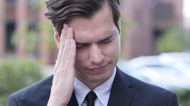 Frustracja, napięcie, stresu gest biznesmenem z migreną zdjęcie royalty free