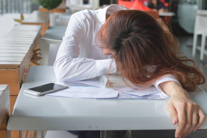 Frustrated subrayó a la mujer de negocios asiática joven que sentía seria y cansada con su trabajo en oficina foto de archivo libre de regalías