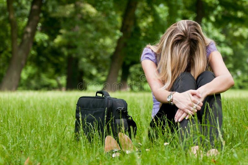 Frustratie - jonge vrouw in openlucht stock fotografie