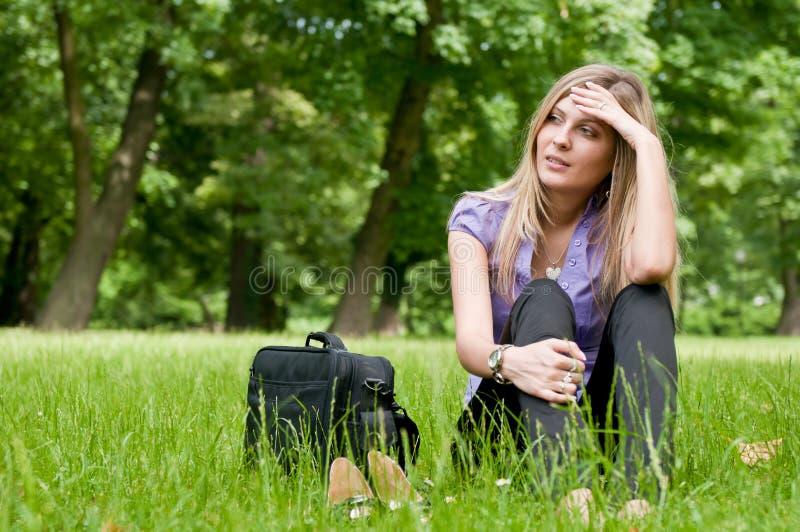 Frustratie - jonge vrouw in openlucht stock foto's