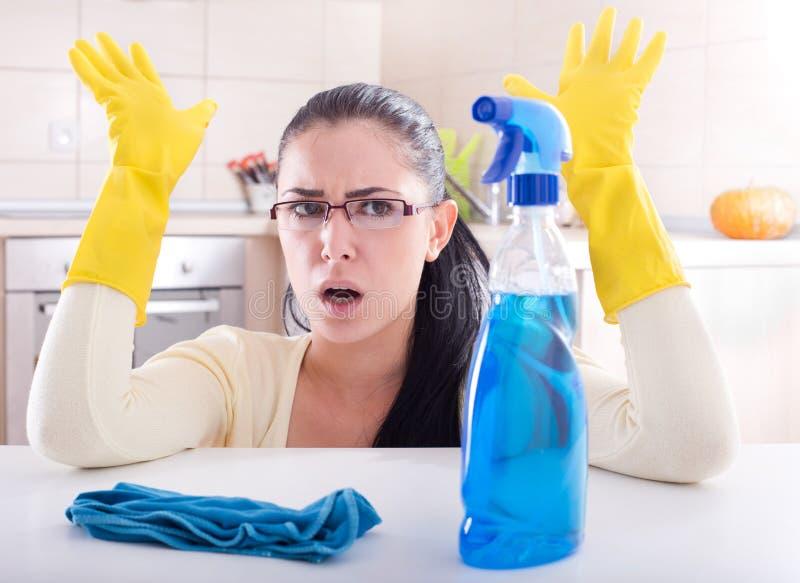 Frustratie over huis het schoonmaken stock foto