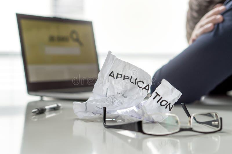 Frustration i jobbsökande Den arbetslösa mannen välter `-fyndarbete Arbetslösa, ledsna, förvirrade, bekymrade och trötta personin arkivfoton