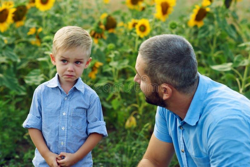 Frustrato, il figlio ed il padre Conflitto della famiglia fotografia stock