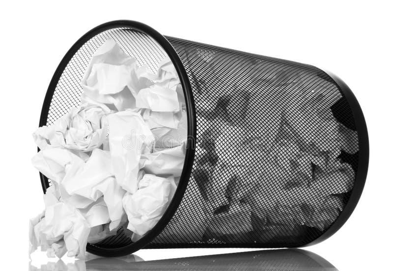 Frustrera kontorskorgen som ut tappar nolla som hennes skrynkliga papper isolerade på vit bakgrund royaltyfria foton