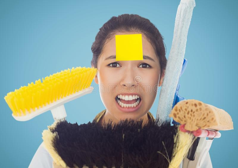 Frustrera kvinnan med klibbiga anmärkningar klibbar på hållande lokalvårdutrustning för panna arkivfoto