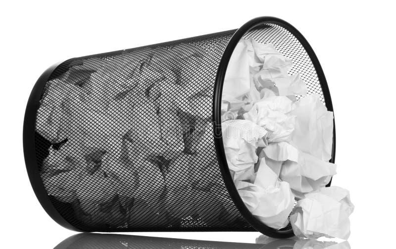Frustrera metallhinken med pappersavfalls som isoleras på vit royaltyfri fotografi