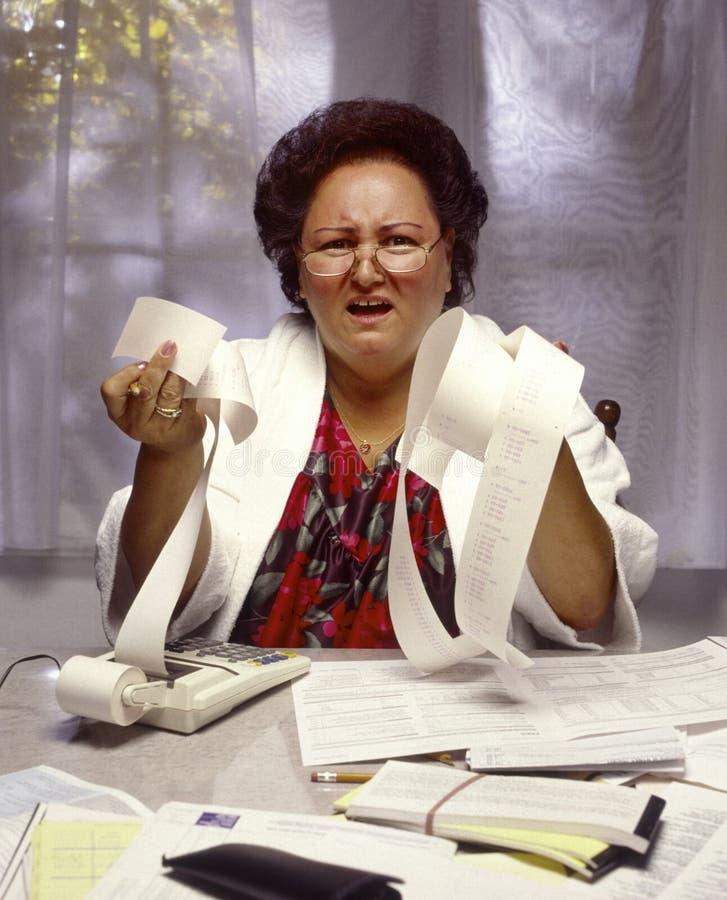 frustrerad överviktig kvinna för finanser arkivfoto