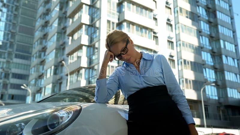 Frustrerad affärskvinna som förestående lutar hennes huvud, rubbning med missad start royaltyfria foton