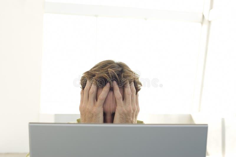 Frustrerad affärsman With Laptop arkivfoto