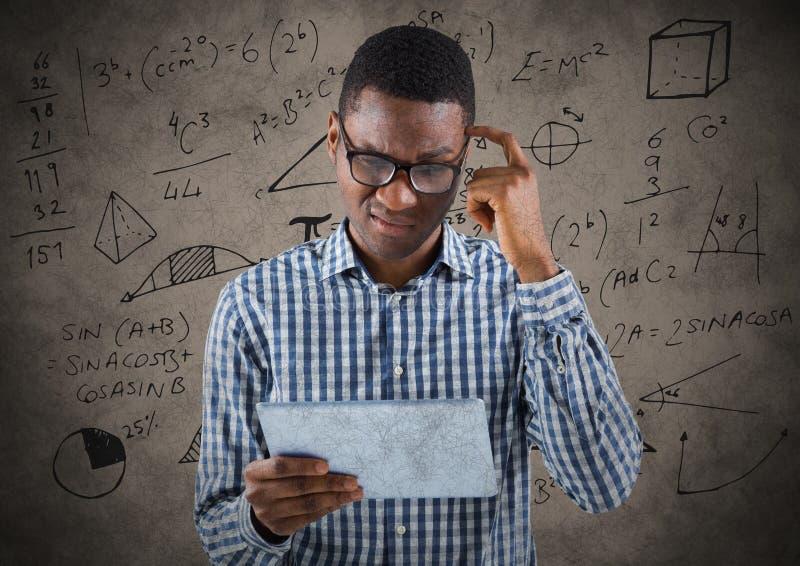 Frustrerad affärsman med minnestavlan mot bruna bakgrunds- och matematikdiagram royaltyfri bild