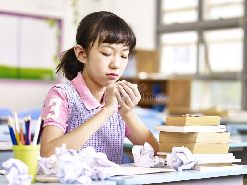 Frustrerad asiatisk grundskolaflicka arkivbild