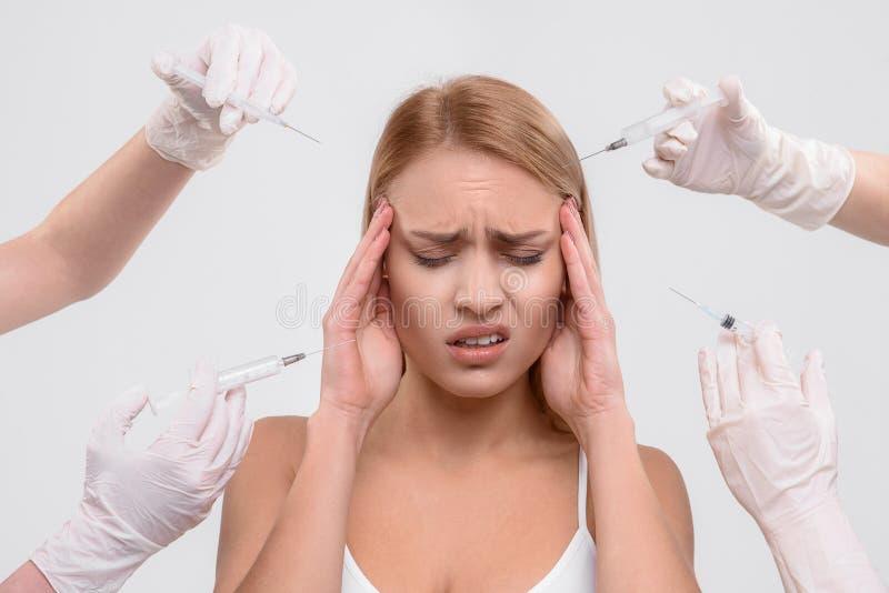 Frustrerad kvinna som har kirurgisk hudföryngring royaltyfria foton