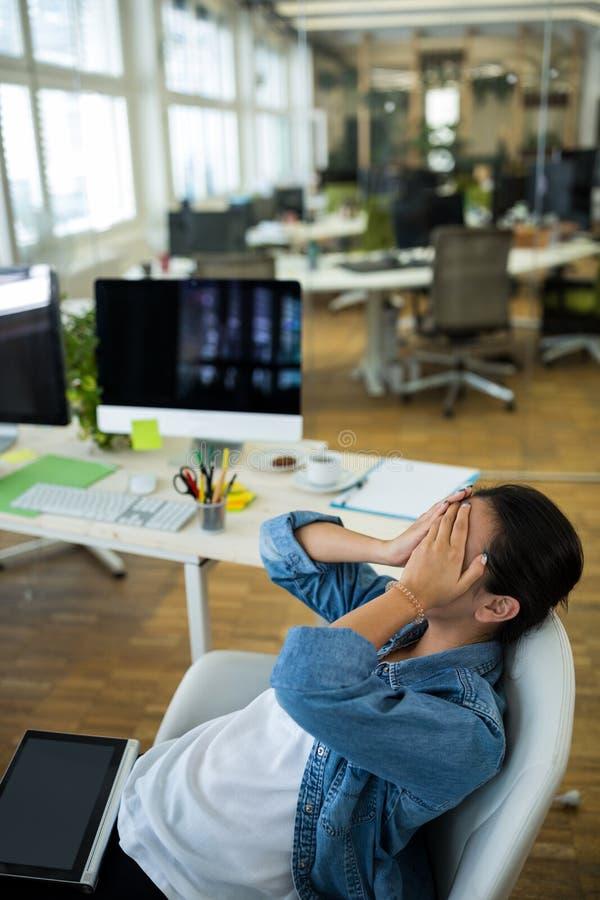 Frustrerad kvinnlig affärsledare på skrivbordet royaltyfria foton