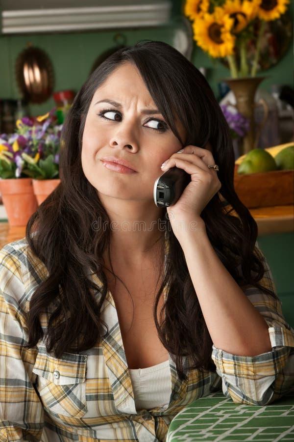 frustrerad latina telefonkvinna fotografering för bildbyråer