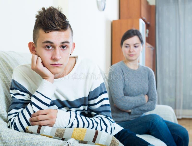 Frustrerad moder och ilsket tonårigt gräla i inhemskt inter- arkivbilder