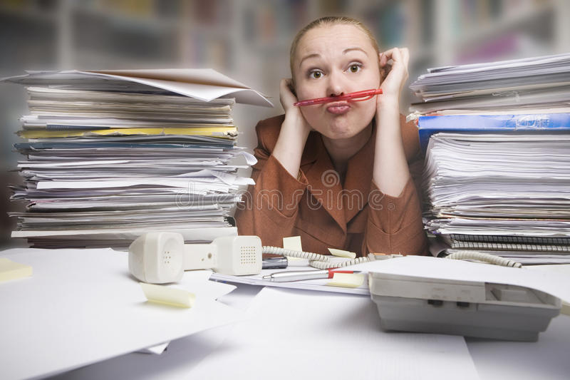 frustrerad näsblyertspenna för affärskvinna under royaltyfri bild