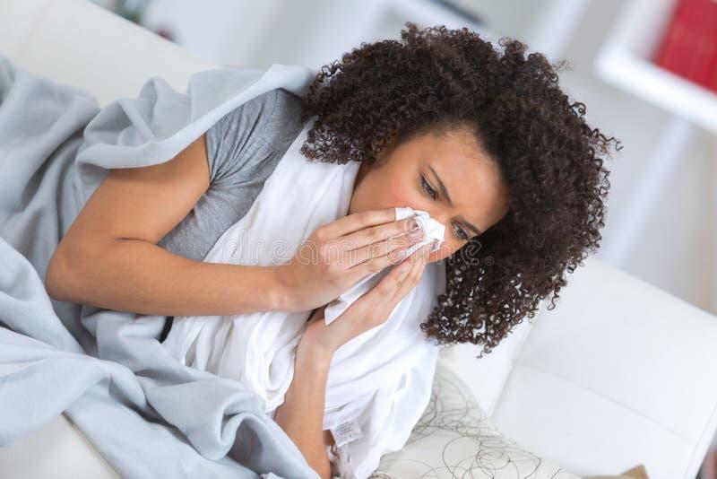 Frustrerad sjuk kvinna som ligger på soffan arkivfoto