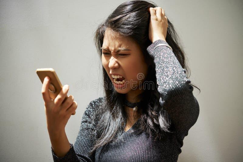 Frustrerad skrika kvinna med smartphonen royaltyfri fotografi