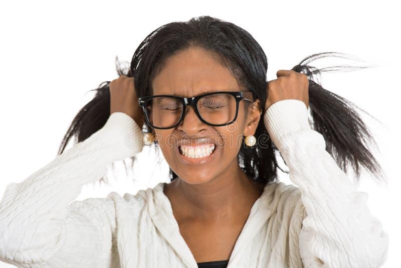 Frustrerad stressad kvinna med exponeringsglas som ut drar hennes hår royaltyfri bild