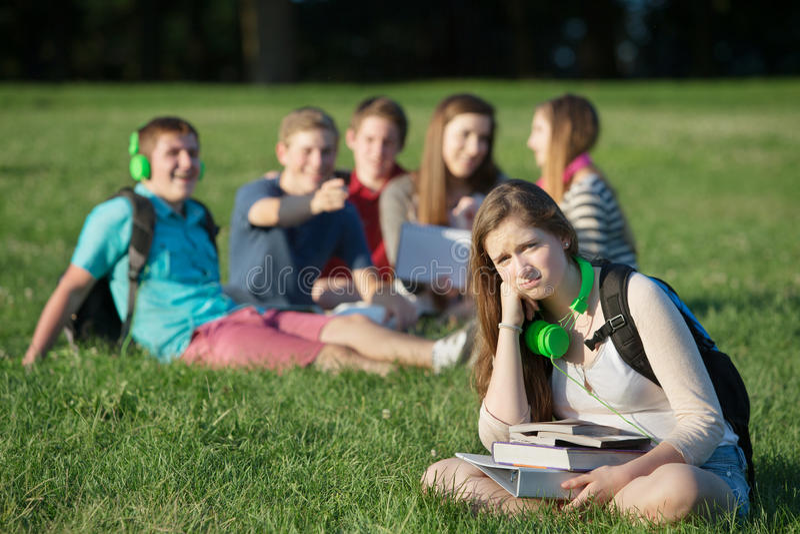 Frustrerad tonårig near grupp royaltyfria bilder