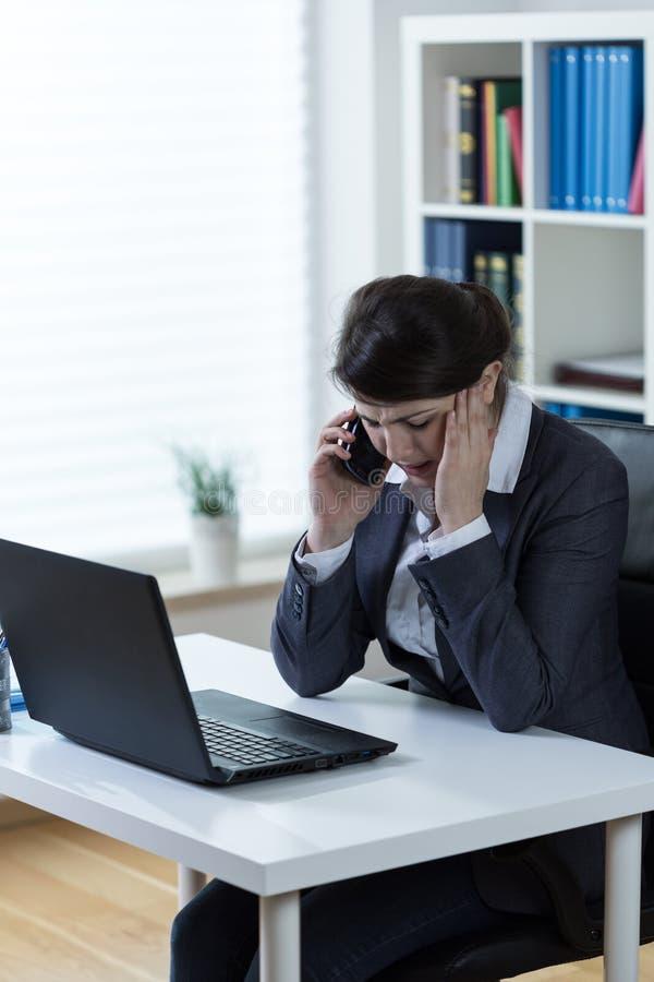 Frustrerad trött kontorsarbetare royaltyfri bild