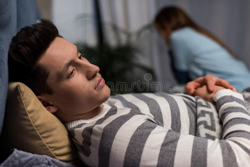 frustrerade upprivna par på säng arkivfoto