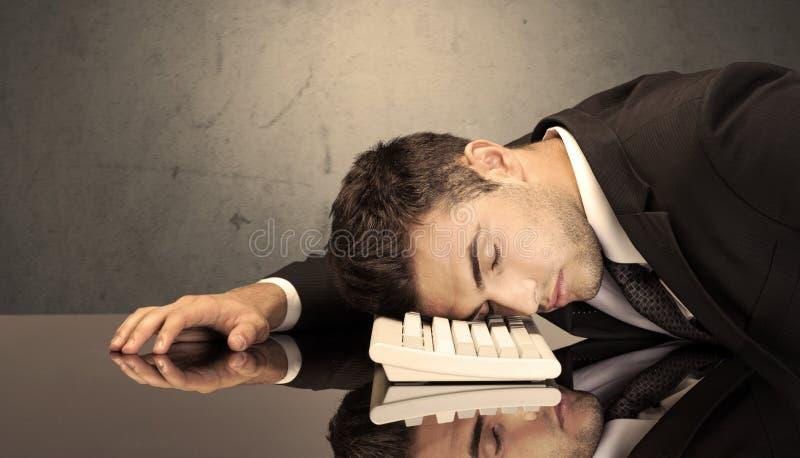 Frustrerat huvud för affärsman` s på tangentbordet arkivfoto