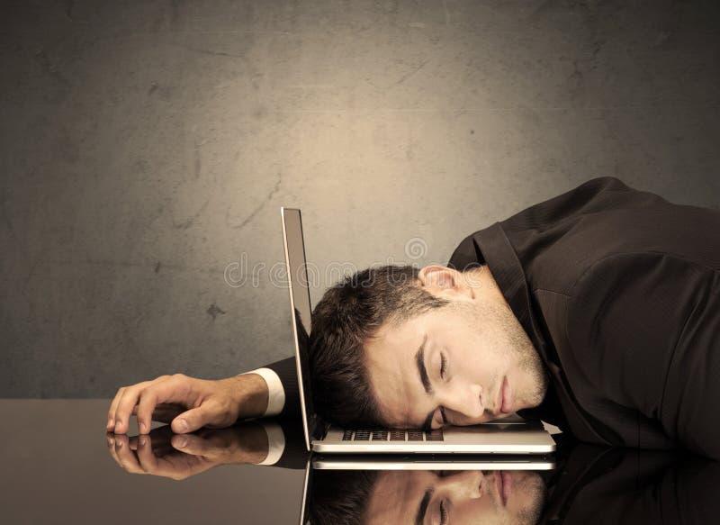 Frustrerat huvud för affärsman` s på tangentbordet royaltyfri fotografi