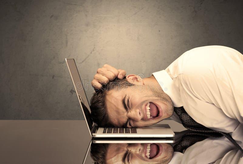 Frustrerat huvud för affärsman` s på tangentbordet arkivbilder