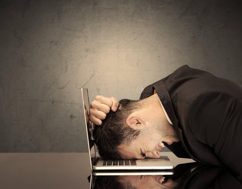 Frustrerat huvud för affärsman` s på tangentbordet royaltyfria bilder