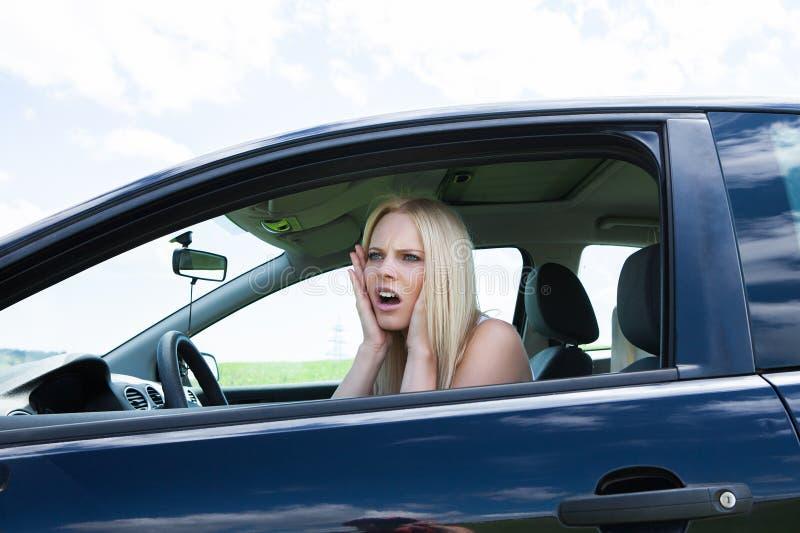 Frustrerat kvinnasammanträde i bil arkivbilder