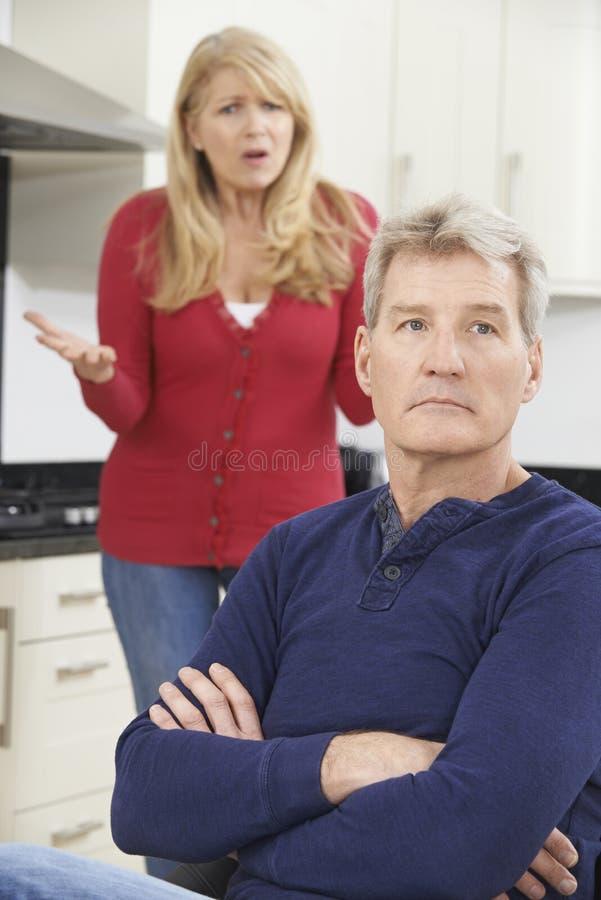 Frustrerat mogna par som har argument hemma fotografering för bildbyråer