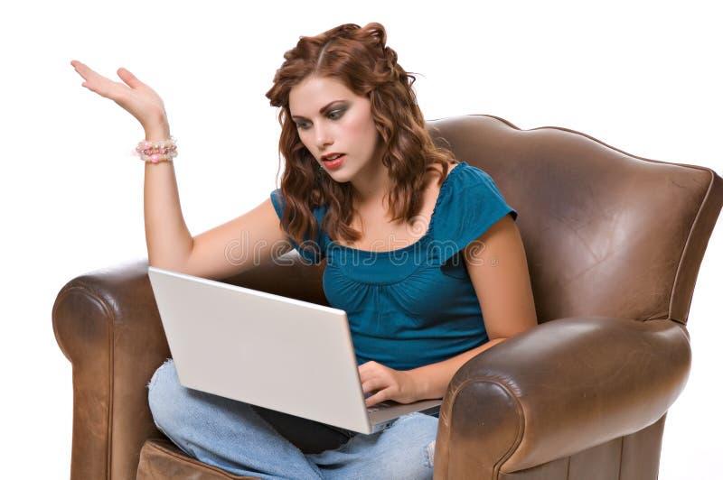 frustrerat nätt kvinnabarn för dator royaltyfri foto