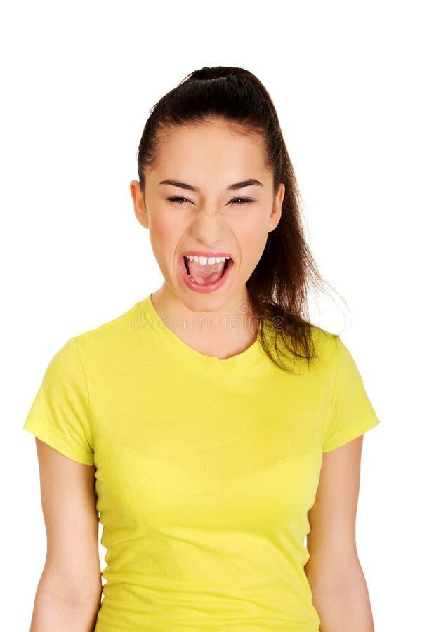 Frustrerat tonårigt skrika för kvinna royaltyfri foto