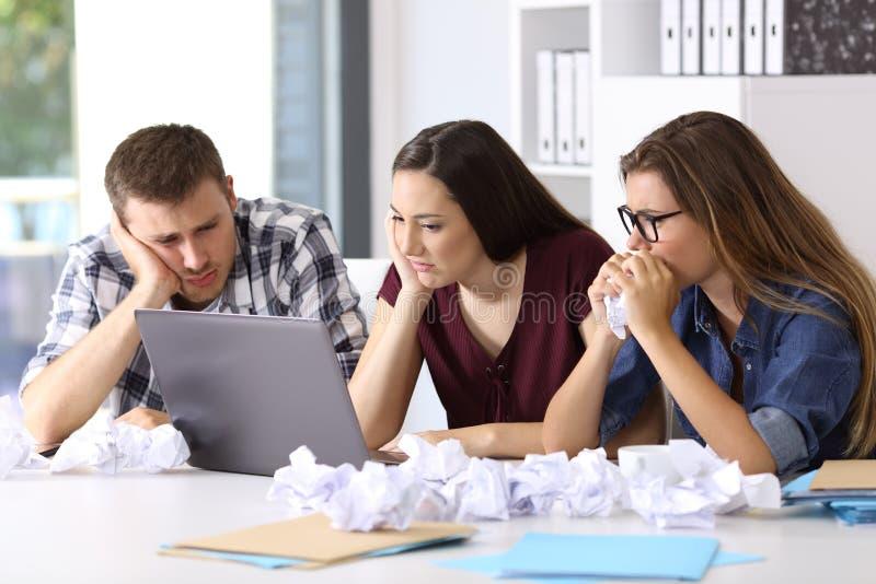 Frustreted przedsiębiorcy próbuje robić trudnej pracie zdjęcie royalty free