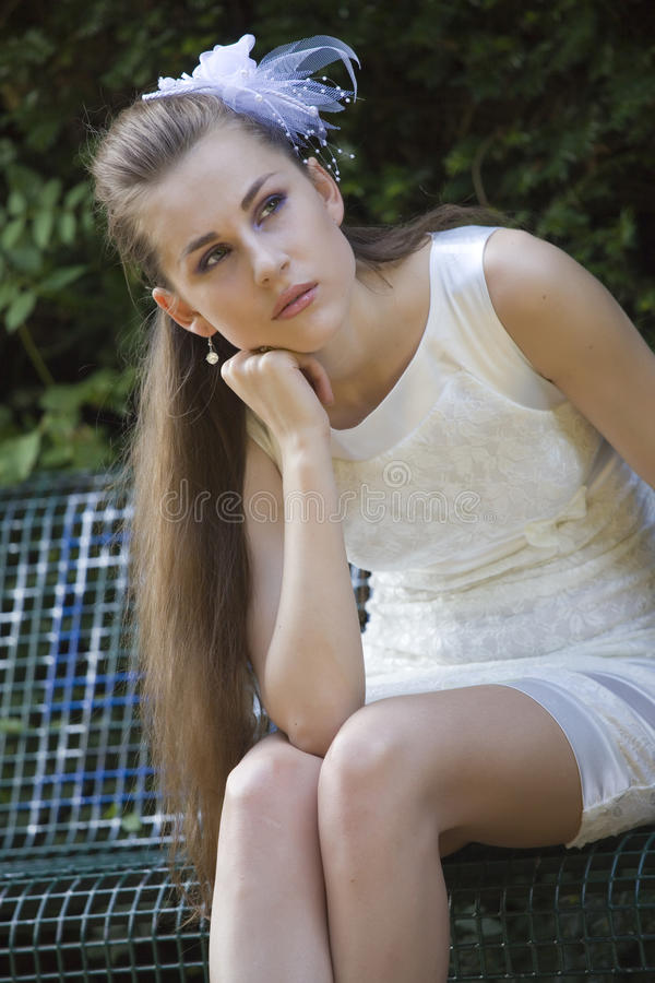 Frustrierte Braut, die in Park wartet stockfoto
