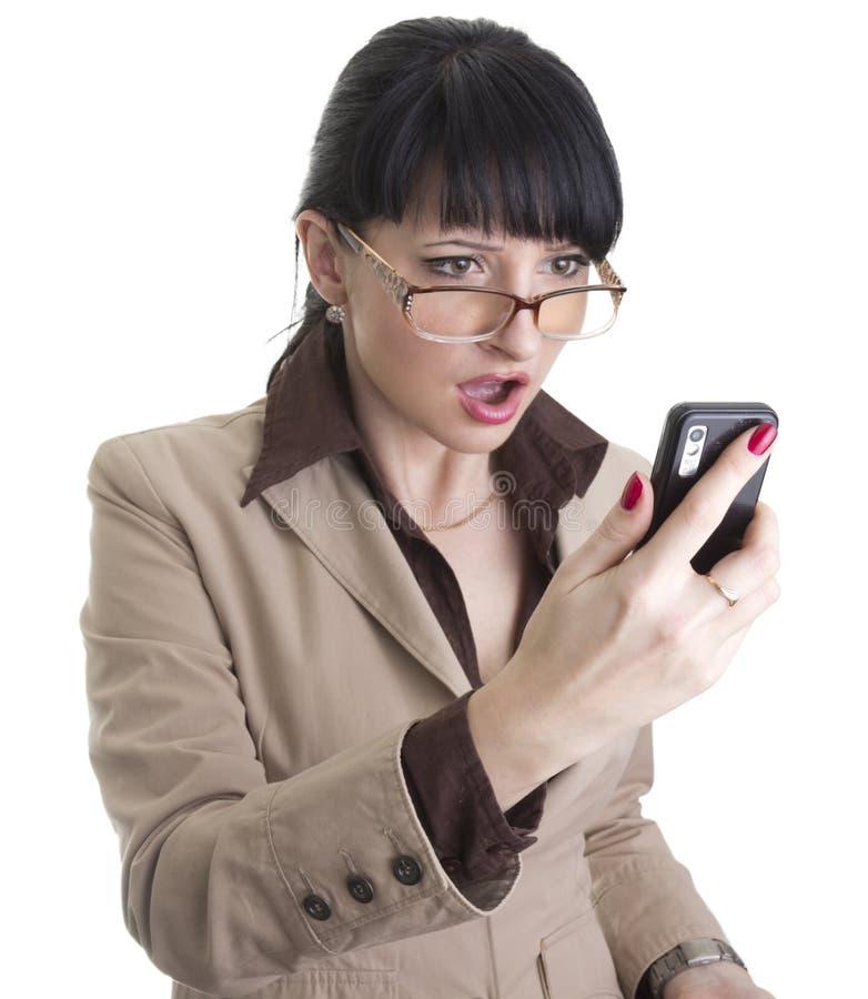 Frustrierte Geschäftsfrau mit Handy stockbild