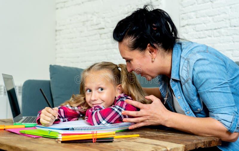 Frustrierte Mutter und gebohrte Tochter, die zusammen Hausarbeit tut lizenzfreie stockfotografie