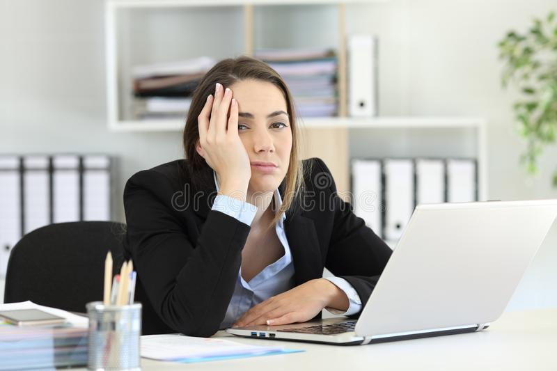 Frustrierte schauende Exekutivkamera im Büro stockfoto